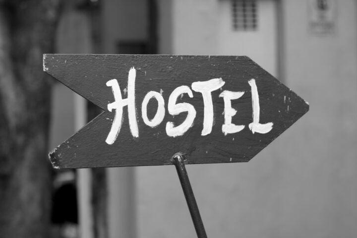 En bild med en skylt med texten Hostel. Bo på vandrarhem i Dalsland.